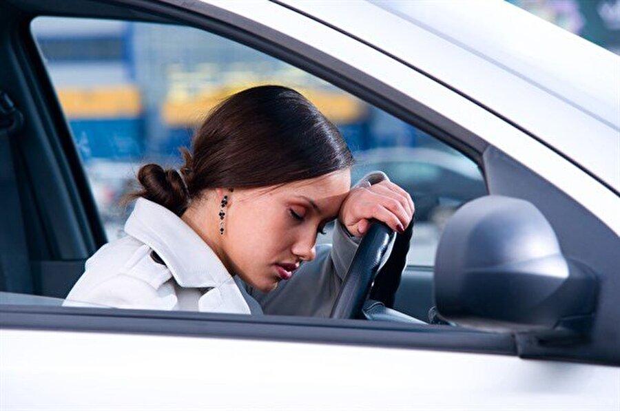 Uykunuzu almadan yola çıkmayın Yolculuk öncesi uykunuzu aldığınızdan emin olun; uykulu şekilde yola çıkmak hem sizi hem sevdiklerinizi tehlikeye atmanıza neden olacaktır.