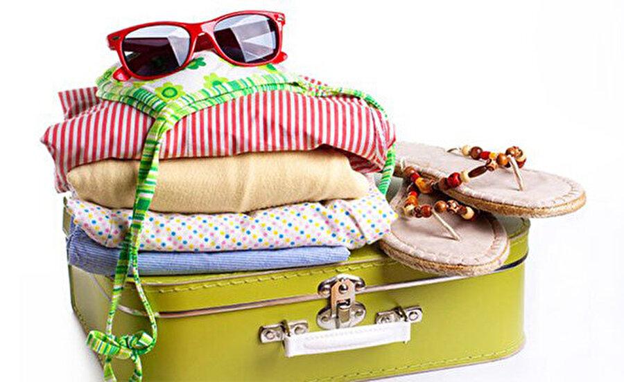 Rahat kıyafetler giyin  Yolculuk boyunca sizi sıkacak, terletip rahatsız edecek kıyafetler yerine; rahat, ince ve pamuklu kumaştan kıyafetler tercih edin.