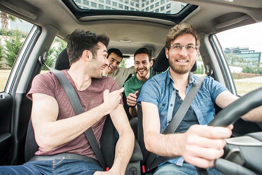Ön koltuk arkadaşınız olsun Arabayı siz kullanıyorsanız, yanınıza mutlaka yol boyunca sizinle sohbet edecek, arada bir bardağınıza kahve dökecek bir yola arkadaşınız olsun.