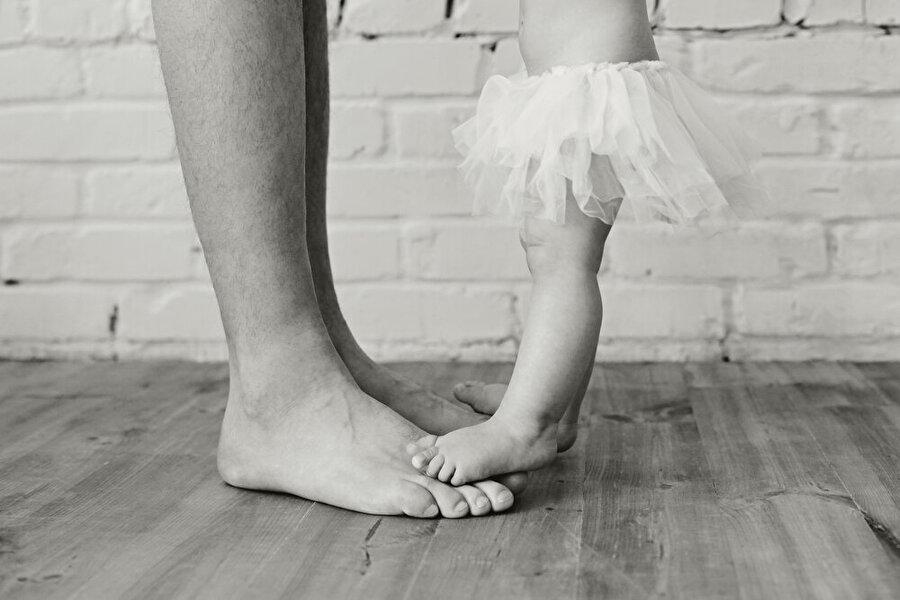 Bir kızın ilk aşkı babasıdır Babalar için kız çocukları ne kadar değerliyse, çocuklar için de babalar o kadar önemlidir. Bir kız çocuğu annesiyle keyifli vakit geçirse de babasıyla arasında farklı bir bağ vardır.