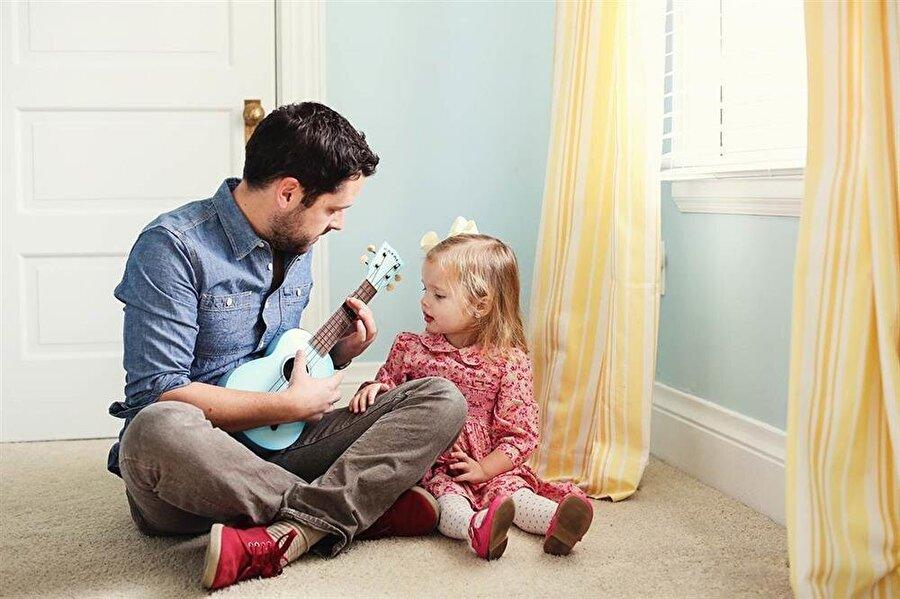 Gerekirse birlikte evcilik oynanır Kız çocukları babalarının tüm katı kurallarını yerle bir etme gücüne sahiptir. Bir kız babasıysanız; evcilik de oynarsınız, saçınızı da toplatırsınız.