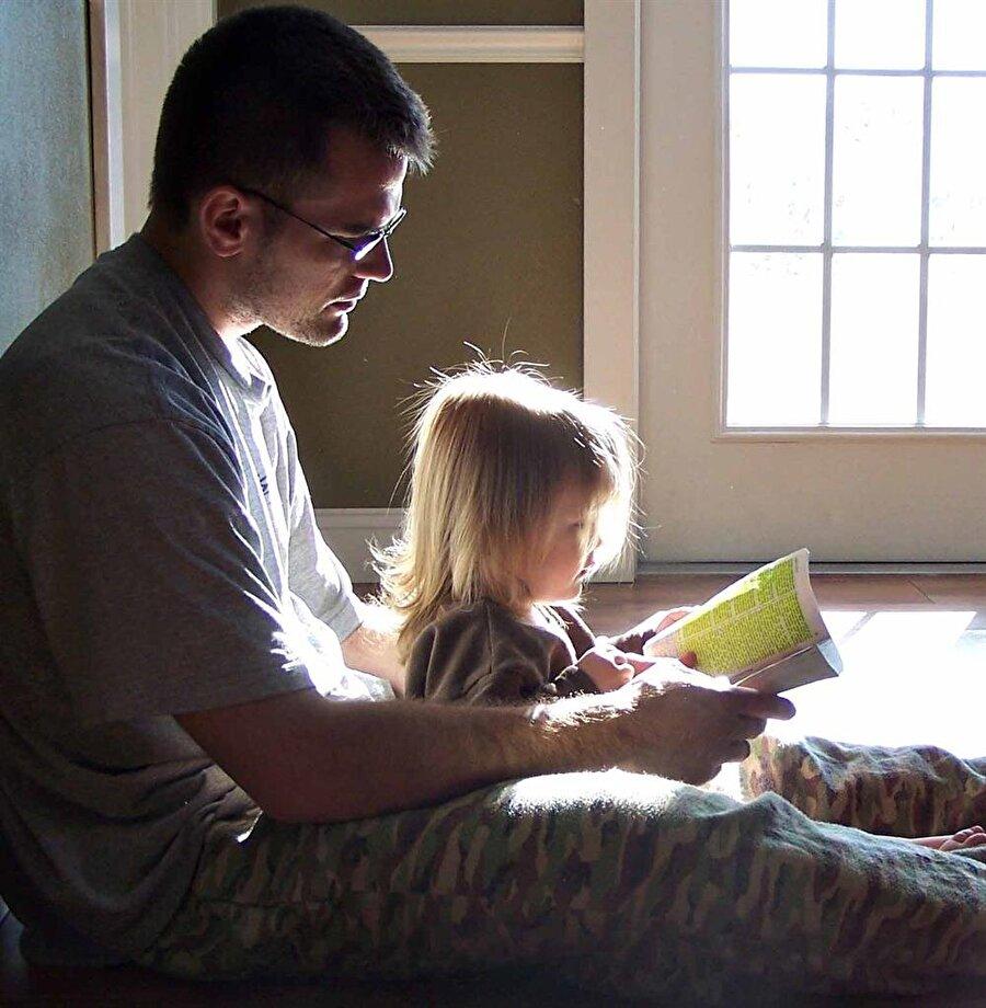İlk öğretmen Babalar, kızlarını hayata hazırlama konusunda önemli rol oynarlar. Babalar birçok konuda annelere oranla öğretmen görevi üstlenirler.