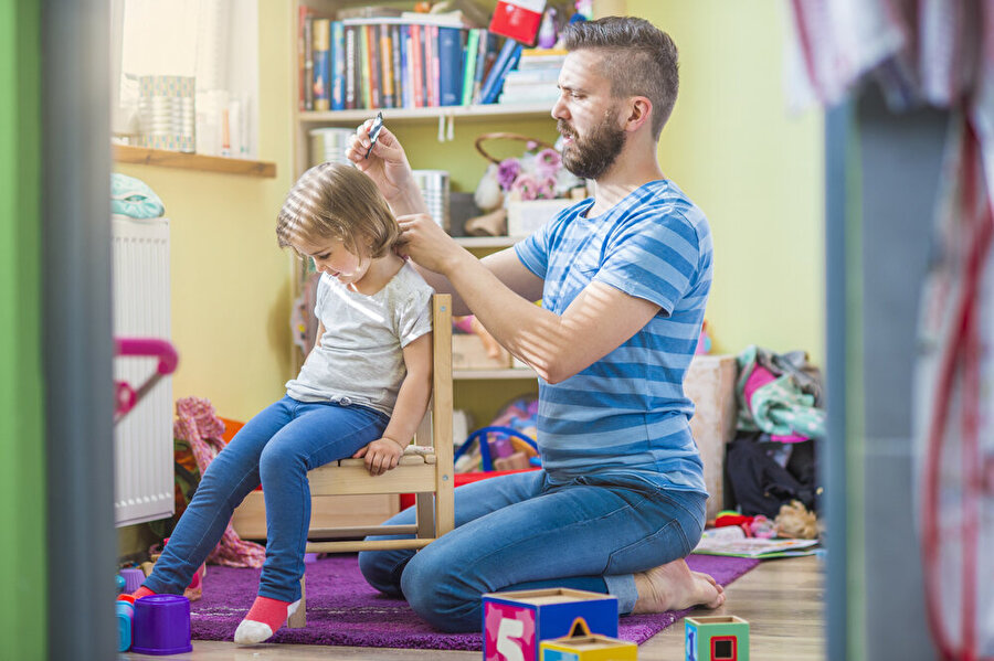 """""""En iyi kuaför benim babamdır"""" Kız babaları, evlatlarıyla ilgili tüm sorumlulukları annelerin üzerine bırakmaz. Gerekirse kızının saçını bile toplar."""