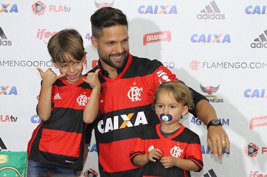 Flamengo sayfasını açtı                                      Diego Ribas, 2016-2017 sezonu öncesi Fenerbahçe'den ülkesi Brezilya'nın köklü takımlarından Flamengo'ya imza attı.