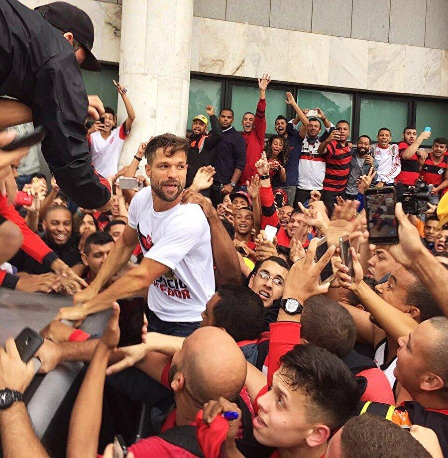 """Kahraman gibi karşılandı                                      Diego, Brezilya'da adeta bir kahraman gibi karşılandı. Deneyimli futbolcu Flamengo taraftarlarının kendisine olan ilgisi için """"Çok mutluyum. Taraftarımızı mutlu etmek için sahada elimden gelenin en iyisi yapacağım"""" ifadelerini kullandı."""