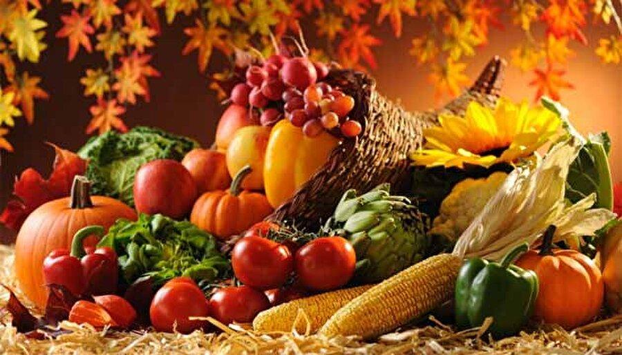 Sonbaharda nasıl beslenmeli?                                                                           Mevsim geçişlerinde hastalığa yakalanmamak için yapmanız gereken şey oldukça basit; doğru ve dengeli beslenin.