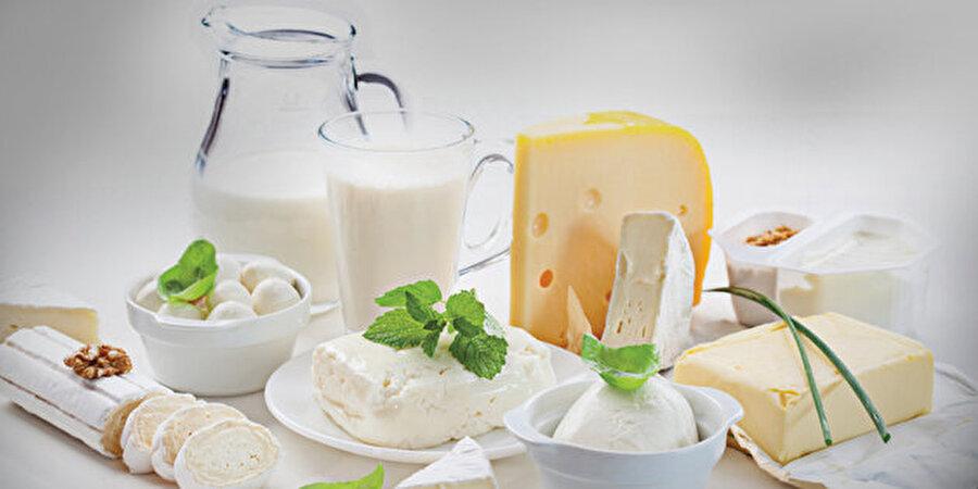 B12 vitamini süt ürünlerinde                                                                           Özellikle yumurta, et, süt ve yoğurt gibi hayvansal ürünlerde bulunan B12 vitaminin eksikliğinin görülmesi de depresyon riskini arttırıyor. Bu yüzden vitamin bakımından zengin bu besinleri özellikle tüketin.