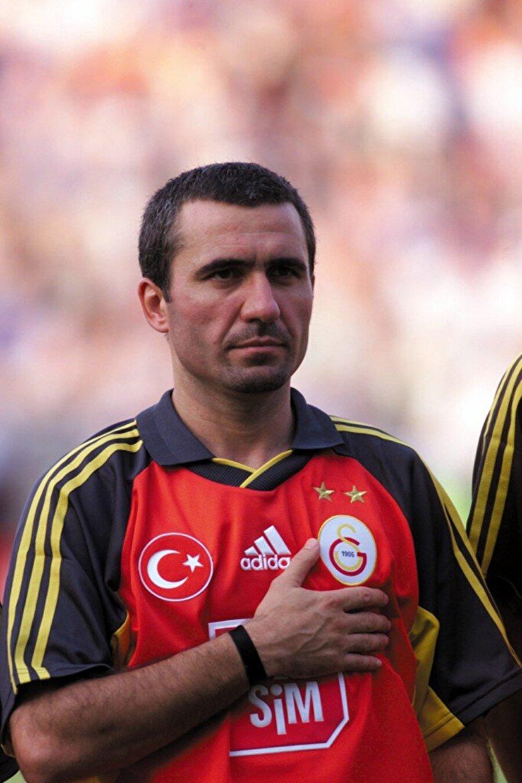 """Gheorghe Hagi """"Karpatların Maradonası"""" lakaplı Gheorghe Hagi, 1996'da Barcelona'dan Galatasaray'a transfer oldu. 1996-2001 yılları arasında sarı-kırmızılı takımın formasını giyen Hagi, 114 maçta 49 gol atıp 37 asist yaptı. Rumen futbolcu Barcelona ve Galatasaray dışında Farul Constanţa, Sportul Studenţesc, Steaua Bükreş, Real Madrid ve Brescia formaları da giydi. Futbolculuk kariyerinin ardından teknik direktörlüğe adım atan Hagi, 2004-2005 ve 2010-2011 sezonlarında Galatasaray'ı çalıştırdı."""
