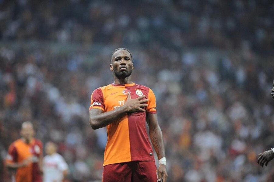 Didier Drogba Galatasaray tarihinin en iyi transferlerinden biri de hiç kuşkusuz Didier Drogba'ydı. 2012'de Chelsea'den ayrılıp Çin Ligi ekibi Shanghai Shenhua'ya transfer olan Drogba, burada aradığını bulamadı. Fildişi Sahilli yıldız 2012-2013 sezonunda Galatasaraylı oldu. Sarı-kırmızı takımda iki sezon futbol oynayan deneyimli futbolcu 53 maça çıktı ve 20 kez fileleri sarstı.