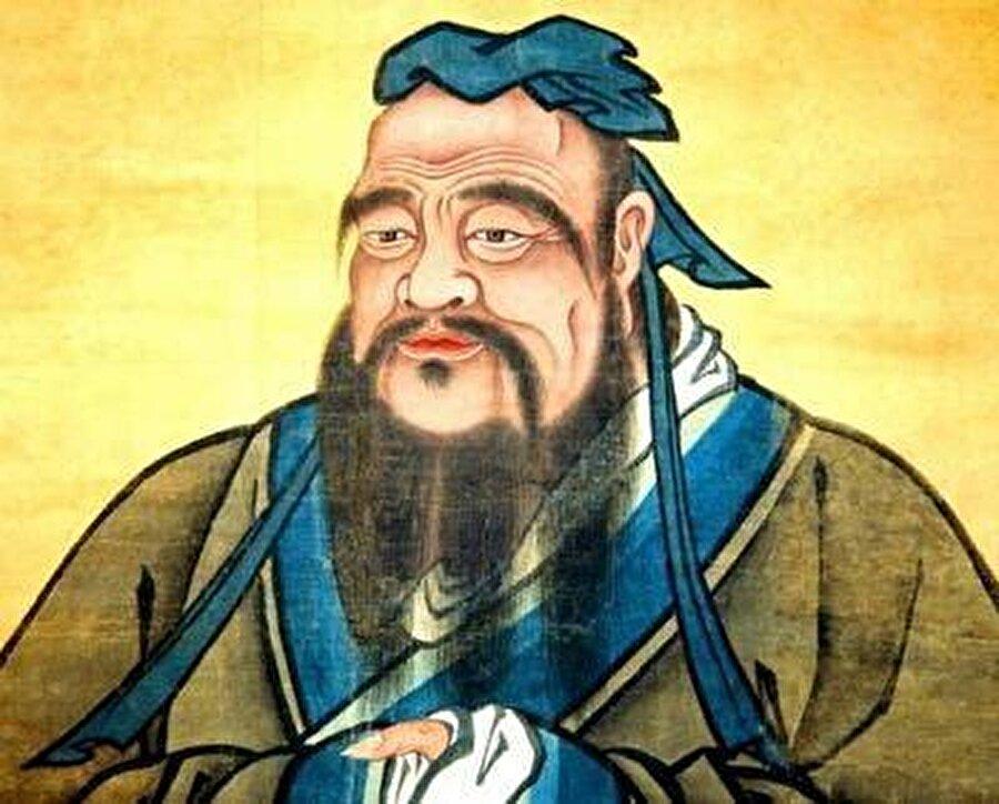 """Konfüçyüs 551-479 Konfüçyüs'ün ana teması insancıl olmaktır. Buna ulaşmanın yolu da diğer insanlara ve atalarımıza saygı duymaktır. """"İyi"""" insan dünyayla uyum içinde yaşayan insandır. Konfüçyüs'ün öğrencileri ile yaptığı konuşmaları toplayan analektler, Çin edebiyatının 13 klasik eserinden biri sayılmaktadır. Onun için 4 temel esas vardır: 1. Ana-babaya saygı  2. Merhamet  3. Adalet  4. Ayinler   O bu 4 erdeme ulaşmanın çok zor olduğunu ama herkesin bunun için çaba göstermesi gerektiğini söyler. Ayrıca """"Bilgi""""yi en önemli araç olarak görür."""