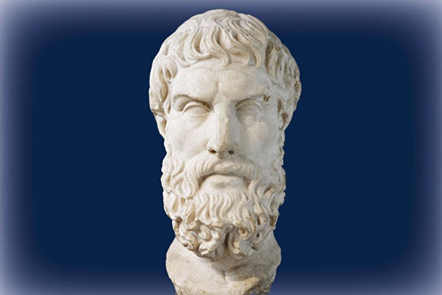 """Epikuros(Epikür) 341-270 Ahlak Felsefesinin en önemli düşünürlerinden biri. Felsefesinin ana fikri """"mutluluk"""". İnsan hayatının temel amacının """"Mutluluğa ulaşmak""""olduğunu öne sürer. Bu yol ona göre doğru """"yol""""dur. Mantık da doğru yola giderken kullanılması gereken bir araçtır. Epikür'e göre insan tanrı ve ölüm korkusundan kurtulmalıdır. Buna da ancak önyargı ve kuruntulardan kurtularak ulaşılacağına inanır. İnsanlar da dahil, dünya'daki herşeyin atomlardan meydana geldiğini savunur. Ölünce de yok olunacağına inanır. Tanrı ve ölüm ile ilgili en önemli sözü: """"Ölümden korkmak anlamsızdır, çünkü yaşadığımız sürece ölüm yoktur, ölüm geldiğinde ise artık biz yokuzdur""""."""