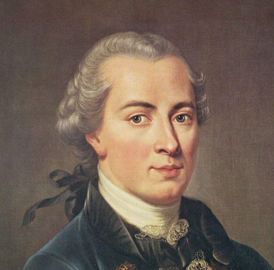 """Immanuel Kant 1724-1804 Felsefe tarihini derinden etkilemiştir. Epistemoloji, metafizik etik, mantık, estetik başlıca odak noktalarıdır. Tutarlı bir sisteme sahiptir. Newton'un fiziği yasalaştırması gibi felsefeyi sağlam temellere oturtmaya çalışır. Kavramda ve görüde kesin a priori bilgi öğeleri vardır. Kant'ı ilgilendiren de bu a priori bilgilerdir. Analitik, aydınlatan bilgi ve sentetik, genişleten bilgi tasnifi de yapar. Burada da sentetik, genişletici bilginin a priori olanının mümkün olduğunu söyler ve Saf Aklın Eleştirisi'nde bunun imkanını sorgular. Çalışmaları Saf Aklın Eleştirisi adlı eseriyle yeni bir döneme girer. """"kritik öncesi"""" ve """"Kritik"""" dönem olarak betimlenen felsefe hayatı modern düşünce tarzını şekillendirmiştir. Bütün modern düşünürlerin ondan aldığı bir taraf vardır. Kesinliği arayan çabaları """"görelilik teorisi"""" gibi kavramlarla sarsılsa da ahlak, etik, epistemoloji konularında hala gündemdedir."""