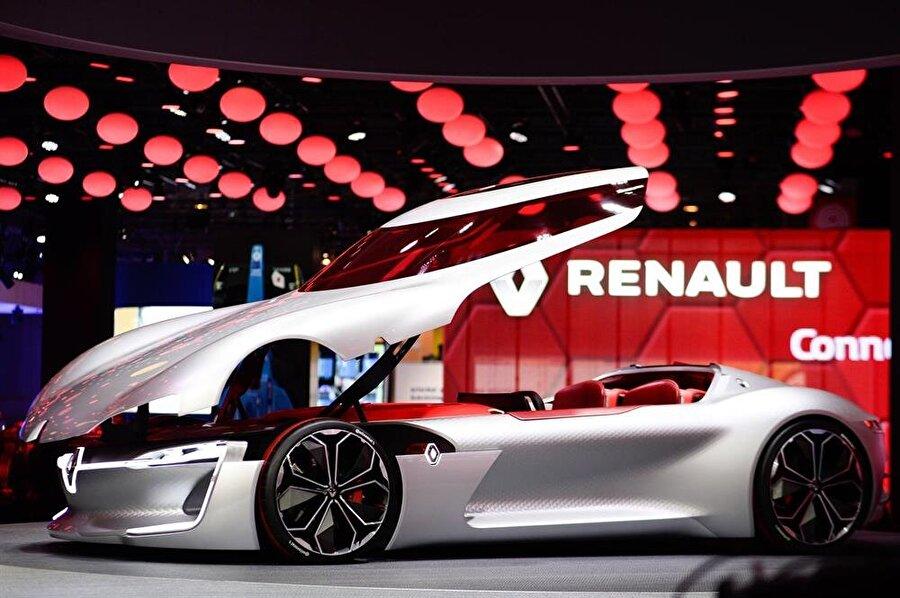 """0'dan 100 km/s sürate 4 saniyede ulaşabiliyor                                      Yan camlarla beraber tek parça olarak tasarlanan otomobilin LED stoplar ve yırtıcı görünümlü arka tamponun alt bölümündeyse küçük bir difüzör yer alıyor. Renault'nun elektrikli konsept modeli Trezor, 0'dan 100 km/s sürate 4 saniyede ulaşabiliyor. Trezor'un ismindeki """"Z"""" harfi markanın elektrikli modellerinde kullanılan Z.E kanadını temsil edecek. Yenilikçi tasarım hatlarını karbon fiber komponentleri ile birleştiren Renault geleneksel hatların oldukça ötesinde bir model ortaya çıkarıyor. Bu da ünlü markanın tasarım tarihinde önemli bir değişikliğe gittiğinin işareti olarak nitelendiriliyor. Yeni modelin en dikkat çeken tasarım yönü ise araç kapılarının enteresan geometrisinde."""