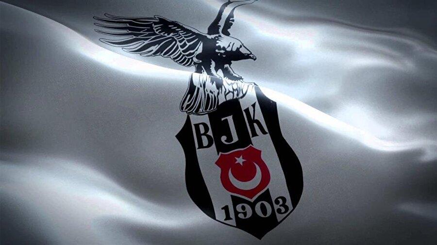 Beşiktaş Birçok belge ve bilgiye dayandırılarak Beşiktaş'ın kurulduğu ilk yıllarda kırmızı-beyaz formalar giydiği biliniyor. Ta ki Balkan Savaşı'na kadar. Balkan Savaşı'nda Osmanlı'nın çok fazla şehit vermesinin ardından Beşiktaş renklerini siyah-beyaza çevirmiş. Ancak Beşiktaş'ın 100. yılı için hazırlanan belgeselde, kulüp kırmızı-beyazlı formayı reddetmiştir.