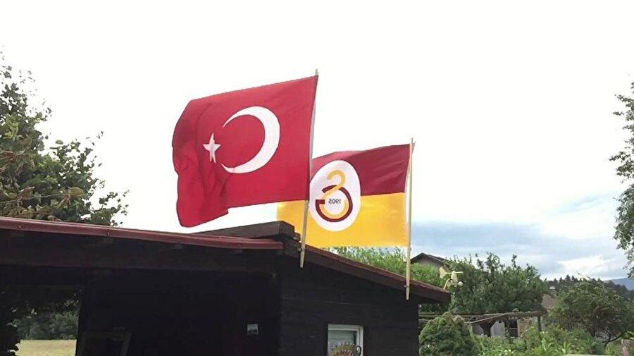 Galatasaray Galatasaray'ın da kuruluşunda tercih ettiği renk kırmızı-beyazdı. Kırmızı-beyaz renklerin, dönemin siyasi yönetimi tarafından yanlış anlaşılmaya başlamasının ardından kulüp renklerini değiştirmeye karar verdi. Galatasaray Kulübü yöneticileri o dönem birçok renk arasında tercih yapmaya çalıştı. Galatasaray'ın renkleri ise yöneticilerin gittiği bir kumaş dükkanında şekillendi. Kulübün kurucusu Ali Sami Yen renk seçimi için şu sözleri söylemiştir: Birçok yeri dolaştıktan sonra, nihayet Bahçekapı'daki Şişman Yanko'nun dükkanına gidilerek orada zarif iki yünlü kumaşa tesadüf ettik. Biri, vişneye çalan koyuca tatlı bir kırmızı, öteki de, içinde turuncudan iz taşıyan tok bir sarı. Tezgahtar, mahirane bir el hareketi ile kumaşların dalgalarını birleştirdi. Bir saka kuşunun başı ile kanadının yarattığı renk güzelliğine benzer bir parlaklık hasıl oldu. Ateşin içindeki renk oyunlarını görür gibi olmuştuk. Sarı-Kırmızı alevinin takımımız üstünde parıldamasını tasavvur ediyor ve bizi derhal galibiyetten galibiyete götüreceğini tahayyül ediyorduk. Nitekim de öyle oldu.