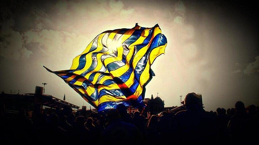 Fenerbahçe Fenerbahçe'nin ilk renkleri sarı-beyazdır. Kulübün kurucuları, renk tercihinde papatyalardan esinlenmişti. Ancak bu renkler kurucular tarafından 1909 yılının sonbaharında değiştirilir. Fenerbahçe 1909-1910 sezonuyla beraber sarı-lacivertli renkleri taşıyan formaları giymeye başladı.