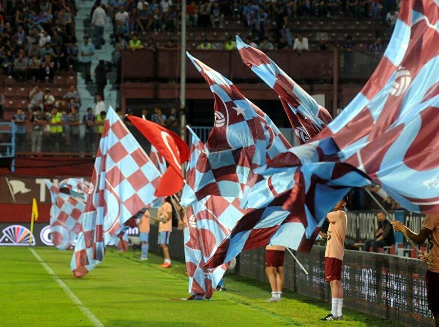 Trabzonspor Trabzonspor; İdmanocağı ve İdmangücü takımlarının birleşmesiyle 1967 yılında kuruldu. Uzun tartışmaların ardından kulüp için bordo-mavi renkler belirlendi. Renklerin tercih edilmesinde Trabzon şehrinin ön plana çıkan özellikleri dikkate alındı. Karadeniz'in simgesi hamsinin gözü (bordo) ve teni (mavi) kulübün renklerini oluşturdu.