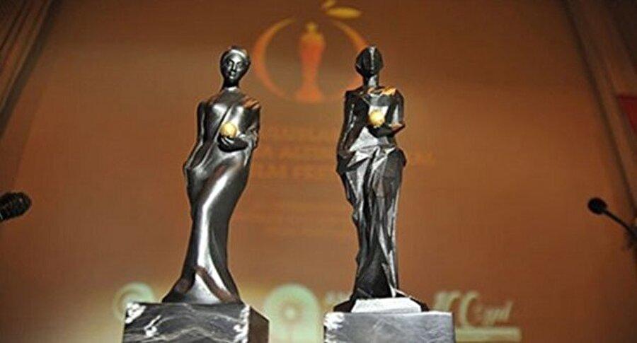 """100 bin liralık ödül Uluslararası Antalya Film Festivali Ulusal Uzun Metrajlı Film Yarışması jürisi, """"En İyi Film, En İyi Yönetmen, En İyi Senaryo, En İyi Müzik, En İyi Kadın Oyuncu, En İyi Erkek Oyuncu, En İyi Yardımcı Kadın Oyuncu, En İyi Yardımcı Erkek Oyuncu, En İyi Görüntü Yönetmeni, En İyi Sanat Yönetmeni, En İyi İlk Film ve En İyi Kurgu"""" dalları ile Behlül Dal ve Dr. Avni Tolunay adına verilen ödüllerin sahiplerini belirleyecek. En İyi Film ödülünü kazanan yapım, aynı zamanda 100 bin lira para ödülüyle de desteklenecek."""