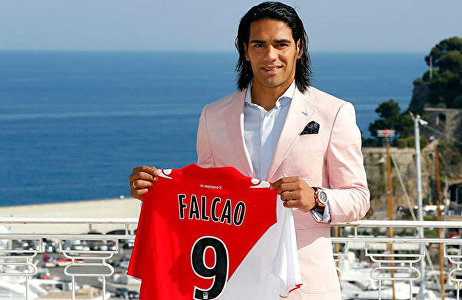 Radamel Falcao, Atletico Madrid'ten Monaco'ya, 2013 Atletico Madrid Uefa Avrupa Ligi, Uefa Süper Kupası ve Kral Kupası'nı kazanırken attığı gollerle kilit bir rol oynayan Falcao 2013 yılında 60 milyon euro karşılığında Monaco'ya tranfer oldu. O andan itibaren düşüşe geçen futbolcu daha sonra M.United ve Chelse'ye kiralandı. Bu yıl tekrar Monaco'ya dönen Kolombiyalı halen eski günlerine geri dönmüş değil.