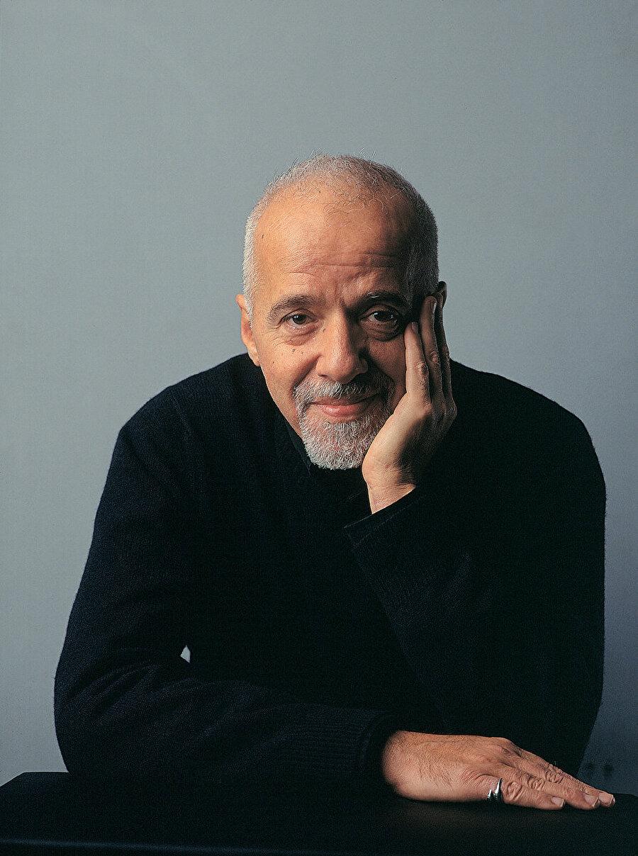 Paulo Coelho kimdir?                                                                            Paulo Coelho, 1947'de Brezilya'nın Rio de Janeiro kentinde doğdu. Kendini tümüyle edebiyata vermeden önce tiyatro yönetmenliği, oyunculuk, şarkı sözü yazarlığı ve gazetecilik yaptı.   1986'da yayımlanan Hac adlı ilk romanının ardından gelen Simyacı'yla dünya çapında üne erişti. Simyacı, XX. yüzyılın en önemli yayıncılık olaylarından biri oldu, 56 dile çevrildi ve 65 milyon sattı.   Coelho, Brida (1990) Piedra Irmağı'nın Kıyısında Oturdum Ağladım (1994), Beşinci Dağ (1996), Işığın Savaşçısının Elkitabı (1997), Veronika Ölmek İstiyor (1998), Şeytan ve Genç Kadın (2000), On Bir Dakika (2003), Zâhir (2005), Portobello Cadısı (2006), Kazanan Yalnızdır (2008), Elif (2011) ve Akra'da Bulunan Elyazması (2012) gibi yapıtlarıyla sürekli olarak çoksatar listelerinde yer aldı.   170 ülkede, 80 dilde yayımlanan kitaplarının toplam satışı 165 milyona ulaştı. Bugüne kadar pek çok ödül ve nişana değer görülen Coelho, Birleşmiş Milletler Barış Elçisi ve Brezilya Edebiyat Akademisi üyesidir.