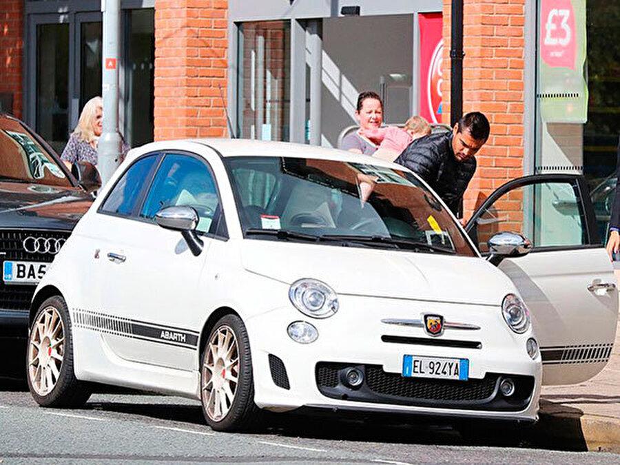 M.United kalecisi Sergio Romero beyaz Abarth'ıyla Manchester caddelerinde.