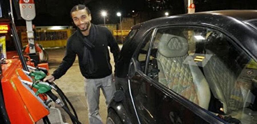 Benoit Assou Ekotto sadece araba konusunda cimri değil aynı zamanda kramponları da sadece 25 dolar.