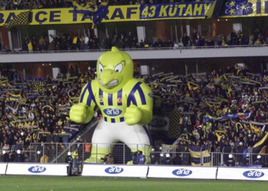 """Fenerbahçe-Kanarya Fenerbahçe'nin lakabının """"Kanarya"""" olduğunu bilmeyen yoktur herhalde. Fenerbahçe ve Türk futbolunun efsane kalecilerinden Cihat Arman neredeyse her maça kanarya sarısı formasıyla çıkıyor. Bir gün çok iyi bir kurtarış yapan Arman için tribünden """"Kanaryama bak, yine uçtu"""" yorumu yükseliyor. Bu yorumun ardından basın """"Sarı Kanarya"""" lakabını Fenerbahçe'ye yakıştırıyor ve sarı-lacivertlilerle özdeşleşen unvan kullanılmaya başlıyor."""