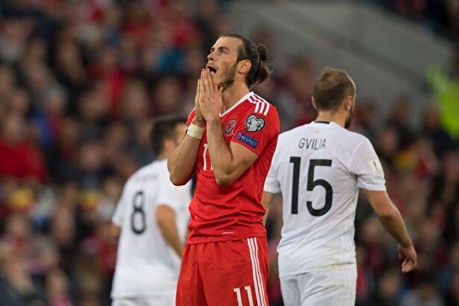 Dün gecenin sonuçları;                                      Dünya Kupası Avrupa Elemeleri 1.Tur  D Grubu Galler-Gürcistan: 1-1  Moldova-İrlanda Cumhuriyeti: 0-2  Sırbistan-Avusturya: 3-2    G Grubu  İsrail-Liechtenstein: 2-1  Arnavutluk-İspanya: 0-2  Makedonya-İtalya: 2-3     I Grubu  Ukrayna-Kosova: 3-0  Finlandiya-Hırvatistan: 0-1  İzlanda-Türkiye: 2-0     Afrika Elemeleri 3.Tur    A Grubu  Tunus-Gine: 2-0    B Grubu   Zambiya-Nijerya: 1-2  Cezayir-Kamerun: 1-1    E Grubu  Kongo-Mısır: 1-2