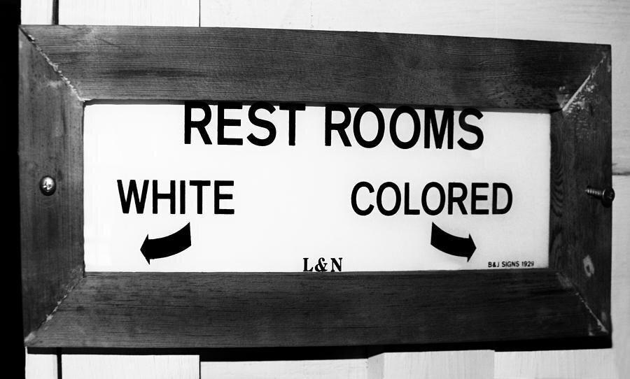 Fotoğrafta görüldüğü gibi siyahi insanlar sağ, beyaz olanlar sol tuvaletleri kullanıyordu.