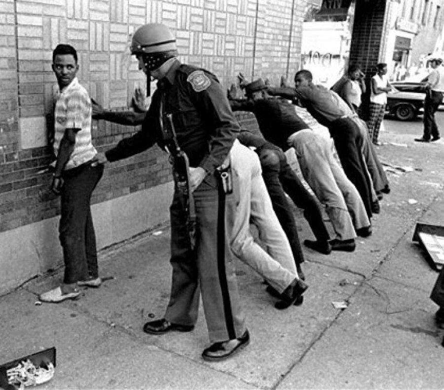 Siyahi insanlara karşı alınan özel bir güvenlik önlemi! Amerikan polisleri insanları kafalarına göre arıyor