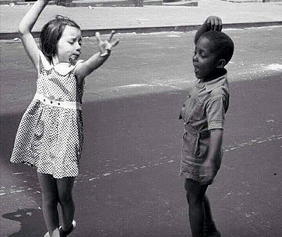 Ve yine ırkçılığın ne olduğunu bilmeden dans eden iki çocuk