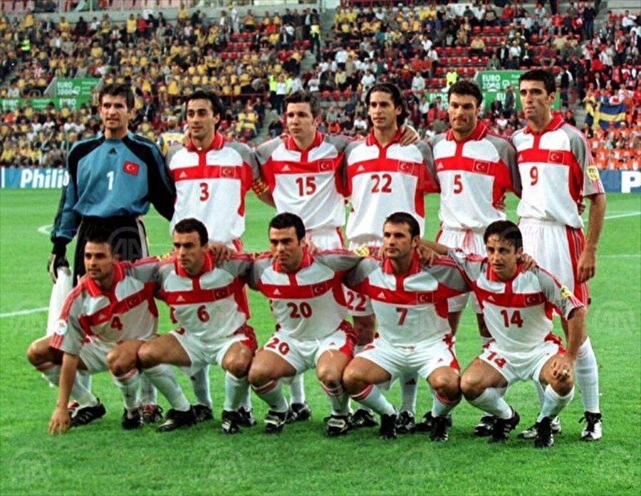 EURO 2000                                      Hollanda ile Belçika'nın ortaklaşa düzenlediği Avrupa Futbol Şampiyonası'nda Türkiye grubundan çıkmayı başardı. Bu sonuçla Ay-yıldızlılar tarihinde ilk kez uluslararası bir turnuvada çeyrek finale yükselme başarısı gösterdi. Milli takım çeyrek finalde Portekiz'le eşleşti ancak rakibine 2-0 mağlup olarak şampiyonaya veda etti.