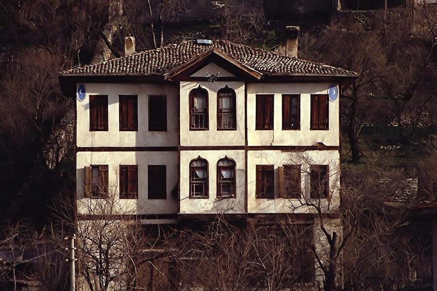 Karabük'ün tarihi ilçesi                                      Birçok kişi Safranbolu'nun hangi şehre bağlı olduğunu bilmiyor olabilir. Söyleyelim Safranbolu, Karabük'ün en eski ilçelerinden biri.