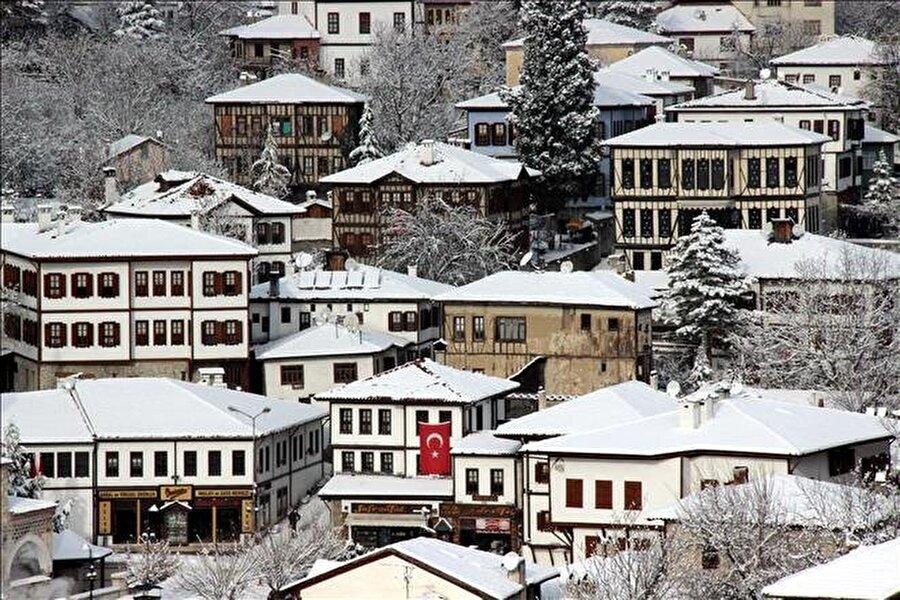 Ahşap evler bir harika                                      Safranbolu'yu ön plana çıkaran ise eşsiz mimarisiyle herkesi büyüleyen ahşap evleri.