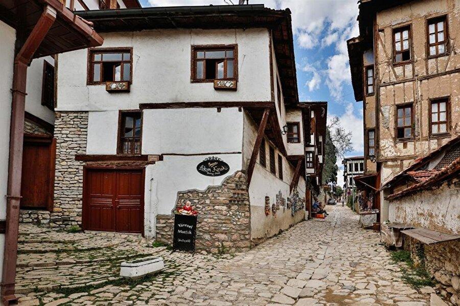 Osmanlı mimarisinin yansıması                                      Safranbolu Evleri, 18. ve 19. yüzyıl Osmanlı mimarisinin en önemli örneklerindendir.