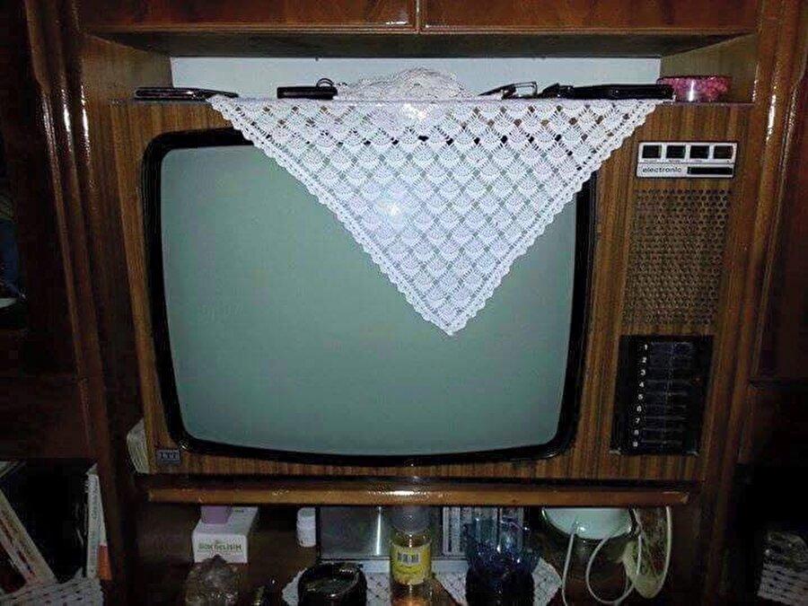Dantel                                      Eskiden evlerin her köşesi dantelle bezeliydi. Televizyon mu izlemek istiyorsunuz, öncelikle danteli kırıştırmadan kaldırmanız gerekiyordu.