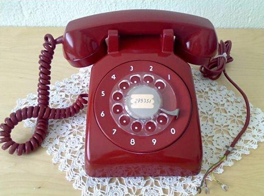 Ev telefonu                                      Cep telefonlarının olmadığı yıllarda ev telefonlarına çok fazla kıymet verilirdi.