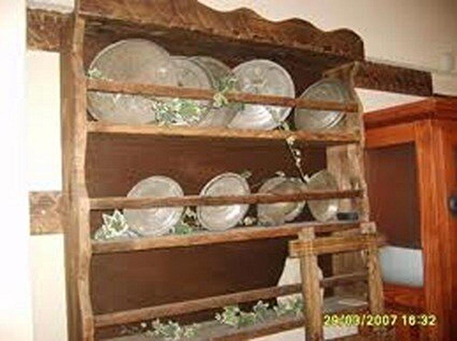 Terek                                      Mutfak dolaplarının çok fazla tercih edilmediği yıllarda, dekorasyonun en önemli parçasıydı terekler.