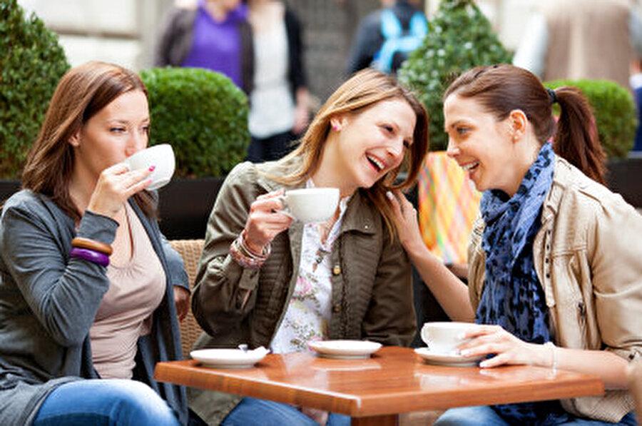 Arkadaşlarınıza vakit ayırın Onlarla bir şeyler paylaşmak yüzünüzü güldürmeye yetecektir.