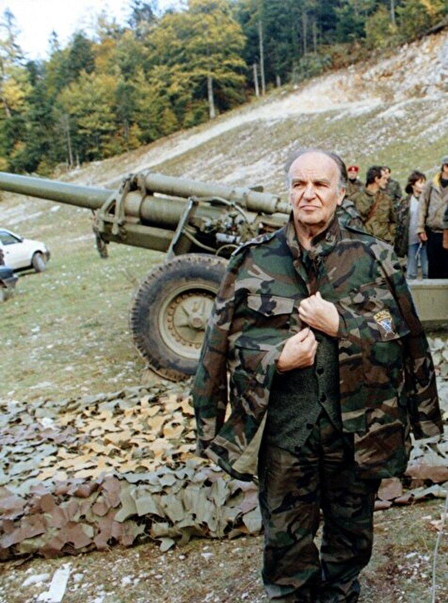 """""""İslam Deklarasyonu"""" nedeniyle """"bölücülük ve İslam devleti kurma"""" gibi suçlardan beraberindeki 12 Bosnalı aydınla 1983 yılında yargılanan Aliya İzetbegoviç, 14 yıl hapse mahkum edildi. İzzetbegoviç, 1988 yılı sonunda Yugoslavya hükümetinin """"sözlü muhalefet sebebiyle cezalandırılan bütün mahkumların serbest bırakılması"""" kararının ardından hapisten çıktı ve siyasete adım attı.  Boşnakları kendi vatanlarında aşağılık duygusundan kurtarmayı amaçlayan İzetbegoviç, 1990 yılında Demokratik Eylem Partisi'ni (SDA) kurdu.  Eski Yugoslavya'yı oluşturan altı cumhuriyetten biri olan Bosna Hersek'te, 18 Kasım 1990'da yapılan ilk çok partili seçimde İzzetbegoviç'in başkanlığını yaptığı SDA, parlamentodaki 240 milletvekilliğinden 86'sını kazandı."""