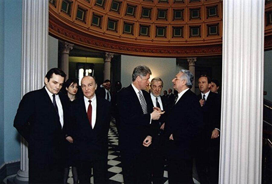 """""""Bilge Kral"""" olarak da bilinen İzzetbegoviç, 8 Ağustos 1925 yılında Bosna Hersek'in Bosanski Şamats şehrinde doğdu. İkinci Dünya Savaşı boyunca faşist ideolojiye, ardından komünist rejim ve uygulamalarına karşı verdiği mücadeleyle ismini duyuran İzetbegoviç, İkinci Dünya Savaşı yıllarında Boşnakları yaşanan biyolojik ve manevi soykırımdan korumak amacıyla kurulan Mladi Müslümani (Genç Müslümanlar) isimli kolej ve üniversite öğrencilerinden oluşan teşkilatta aktif rol aldı."""