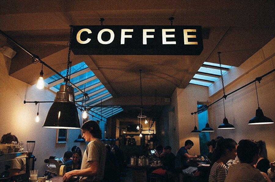 Ayılmak için girdikleri kahve mağazasından asla çıkamayanlar                                                                                                                                                     Siz yalnızca bir yudum çay içseniz ayılırsınız, fakat onlar her daim düzenli olarak içtikleri kahvelerini içmeden hayatta kendilerine gelemezler.