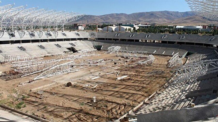 """Yeni Malatyaspor                                      25 bin kapasiteli Malatya Arena için çalışmalar tüm hızıyla devam ediyor. Geçtiğimiz günlerde Yeni Malatyaspor Kulübü Başkanı Adil Gevrek """"Çalışmaların yüzde sekseni tamamlandı. İnşallah stat ikinci yarıya yetişir"""" açıklamalarında bulunmuştu."""