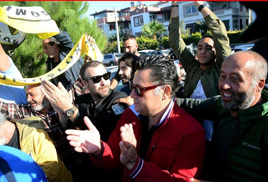 """""""Çok mutluyuz""""                                      Turgutreis Mahallesi'ndeki Turgutreisspor Arena'da yapılan karşılaşmada rakibine oranla daha etkili bir futbol ortaya koyan Gümlüşlük, İhtilal Durmuş'un 35 ve 86'ncı dakikalarda attığı iki golle sonuca gitti. Müsabaka sırasında son derece heyecanlı olduğu gözlenen Nejat İşler, özellikle gollerde büyük coşku yaşarken, 90 dakika sonunda, """"Sezona galibiyetle başladık. Çok mutluyuz"""" diye konuştu."""