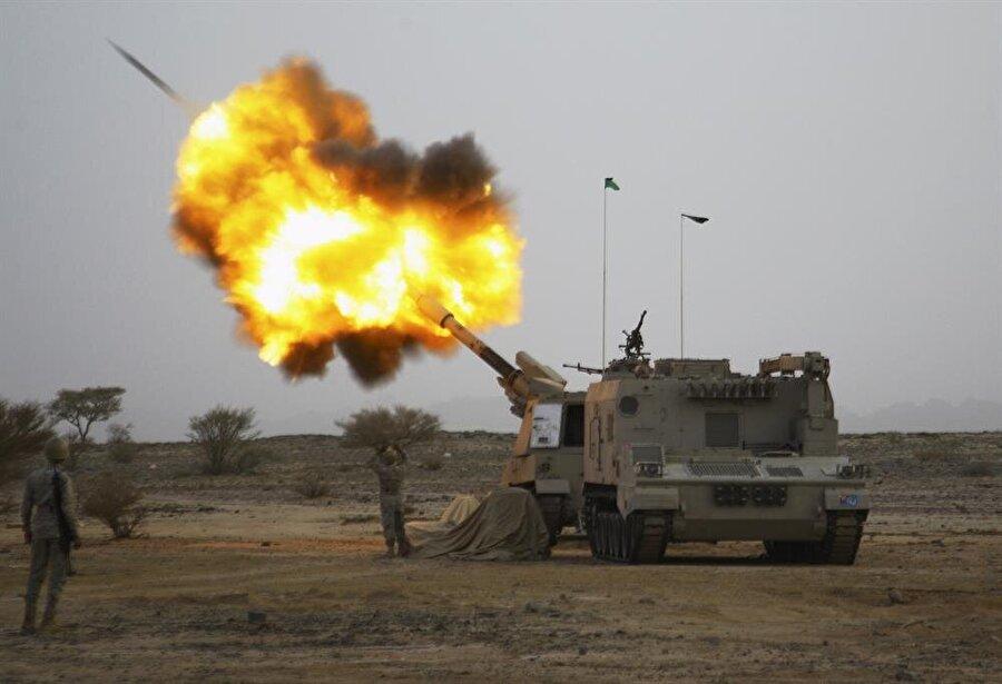 Yemen                                                                                                                Yemen de ABD'nin hava saldırılarından nasibini alan ülkelerden. Oldukça karmaşık bir durumun söz konusu olduğu ülkede güneydeki Şafi koluna bağlı Sünniler ile kuzeyde başkent Sana'nın da içinde olduğu bölgede Şia'nın Zeydi koluna bağlı gruplar çok etkili. Osmanlı egemenliğini de kabul etmeyen Zeydilerle yarım asra yakın süren sorun çözülememişti. Bugünlerde Suudi Arabistan'ın başını çektiği koalisyon güçleri ülkede İran'a yakın olduğu bilinen Husileri bombalıyor. ABD de terör örgütü El Kaide'nin Yemen'deki oluşumuna zaman zaman bomba yağdırıyor. Uzun zamandır hava saldırılarının hedefi olan Yemen'de adeta bir insani trajedi yaşanıyor. Suudilerin hava saldırılarında zaman zaman siviller de yaşamını yitiriyor.