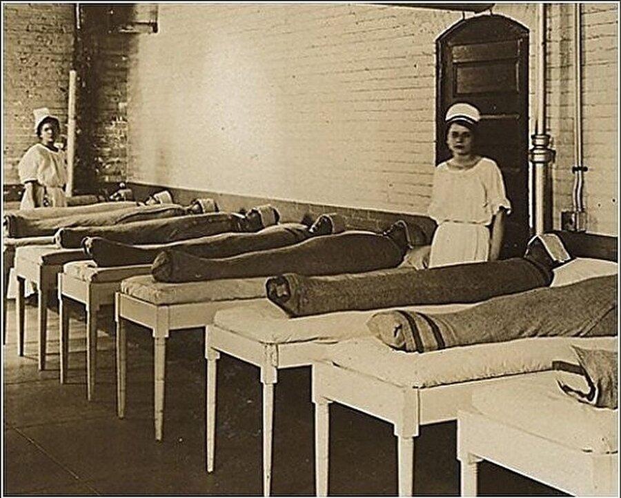 Islak battaniyelerle tedavi edilen akıl hastaları