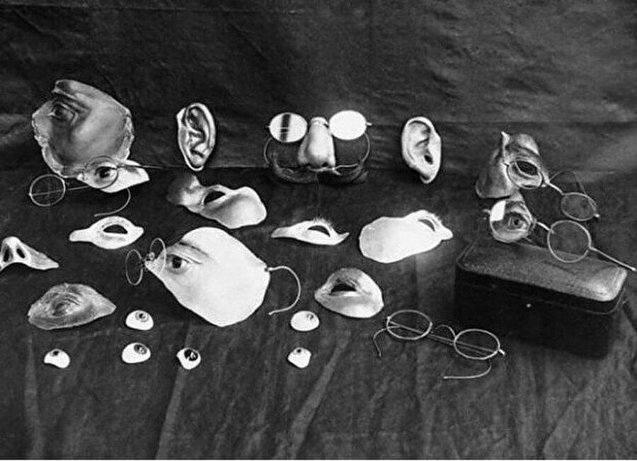 Yanıkları gizlemek için kullanılan maske şeklindeki malzemeler