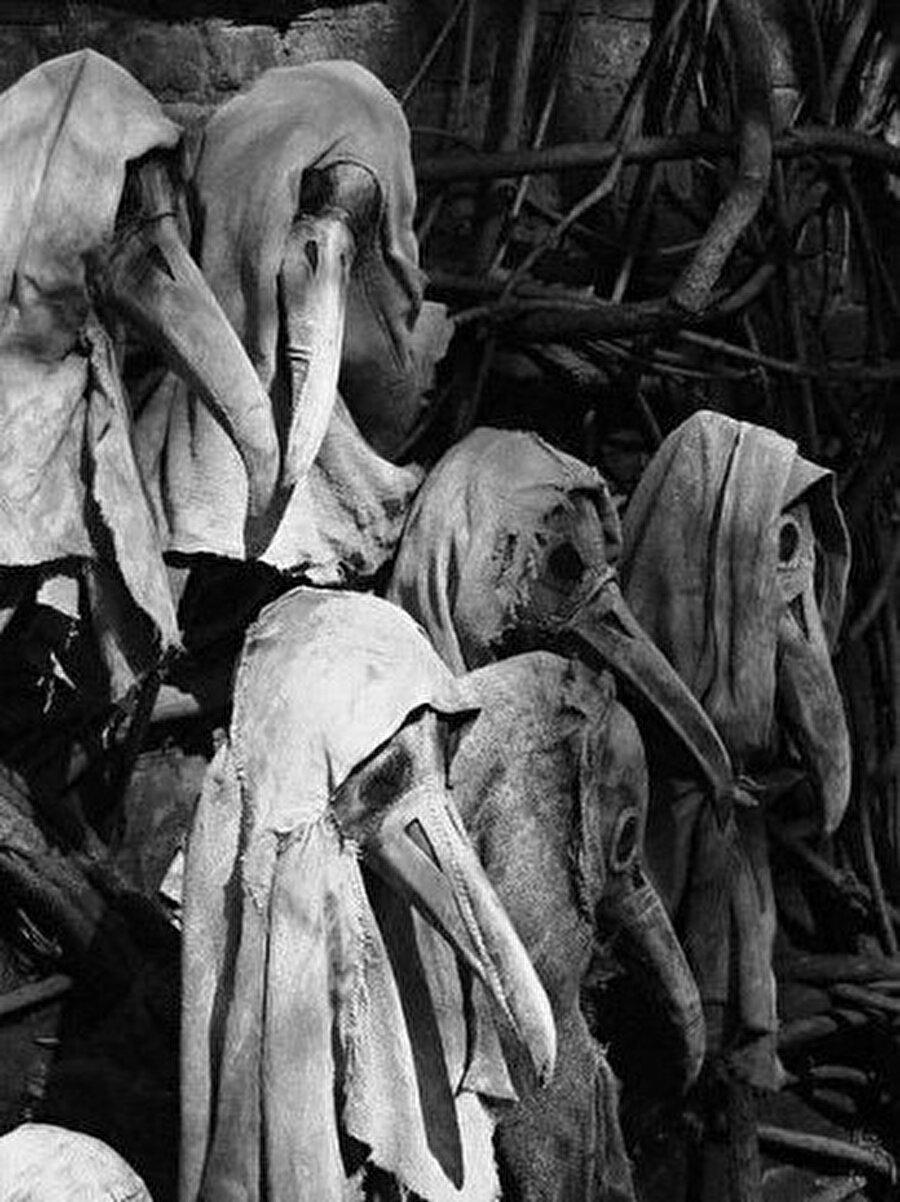 Veba salgınından korunmak için doktorların giydiği kıyafet                                                                           Bu görüntü Veba'nın üzerine psikolojik bozukluğu da ekler.