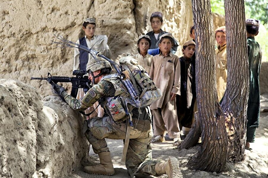 """Afganistan'dan çıkacağım dedi çıkmadı ek asker gönderdi                                                                                                                                                                                          Afganistan'da savaşı bitireceğim demişti. Ancak bugün yine Amerikan askerleri Afganistan'da silahlı çatışmaların bir numaralı aktörü… Üstelik 2009 yılının 17 Şubat'ında Afganistan'daki 17 bin askere yüzde 50 oranında ek kuvvet gönderdi. Gerekçesi ise """"şiddet ortamı"""" oldu."""