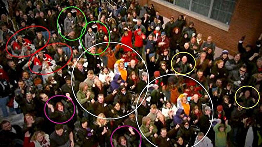 Bu kadar insanı nereden bulmuşlar?  Filmlerde kalabalık bir sahne çekilecekse; ayna, kopyalama ya da manken tekniği kullanılıyor. Ayna ve kopyalama yöntemiyle insan sayısı artırılıyor. Birbirinden farklı kıyafetler giydirilen mankenler duracakları yere sabitleniyor.